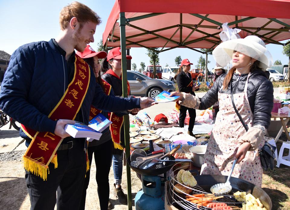 英国青年杰森率消防志愿者春节在兴仁国家级景区开展防火宣传