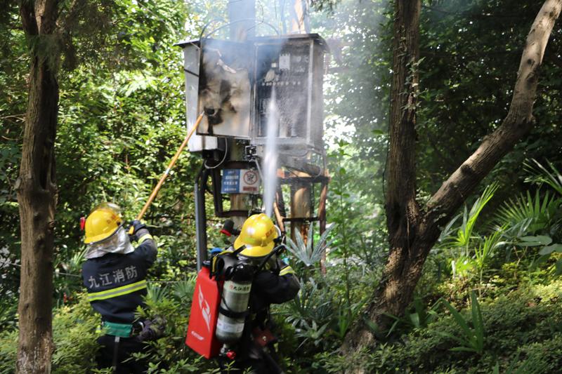 """变压器不耐""""高温""""起火   消防官兵紧急处置"""
