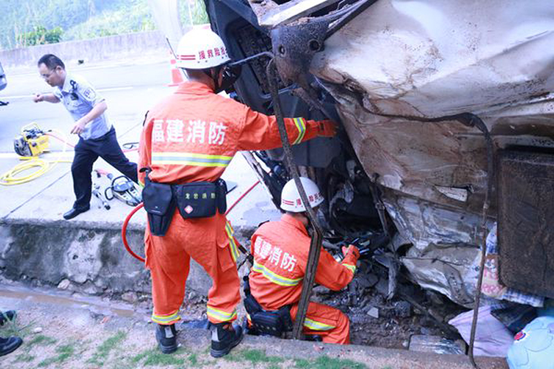 消防队员成功处置一起大车侧翻事故