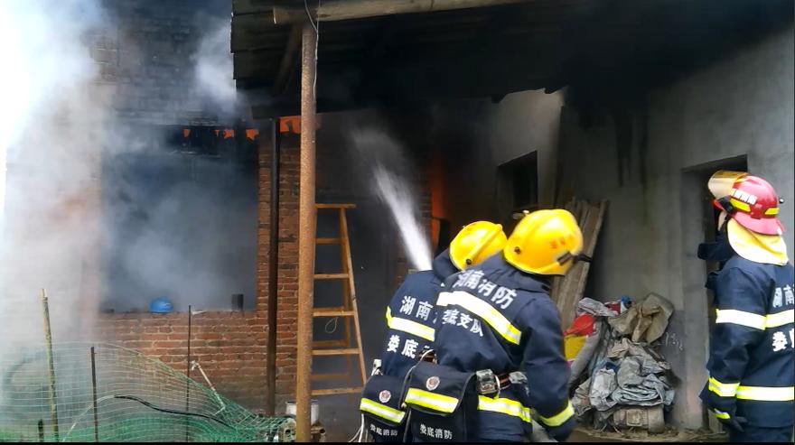 老人在家酿酒引火灾 涟源消防联手群众化险为夷
