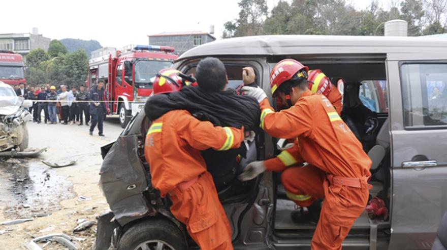 文山马关:消防人员快速营救车祸被困男子