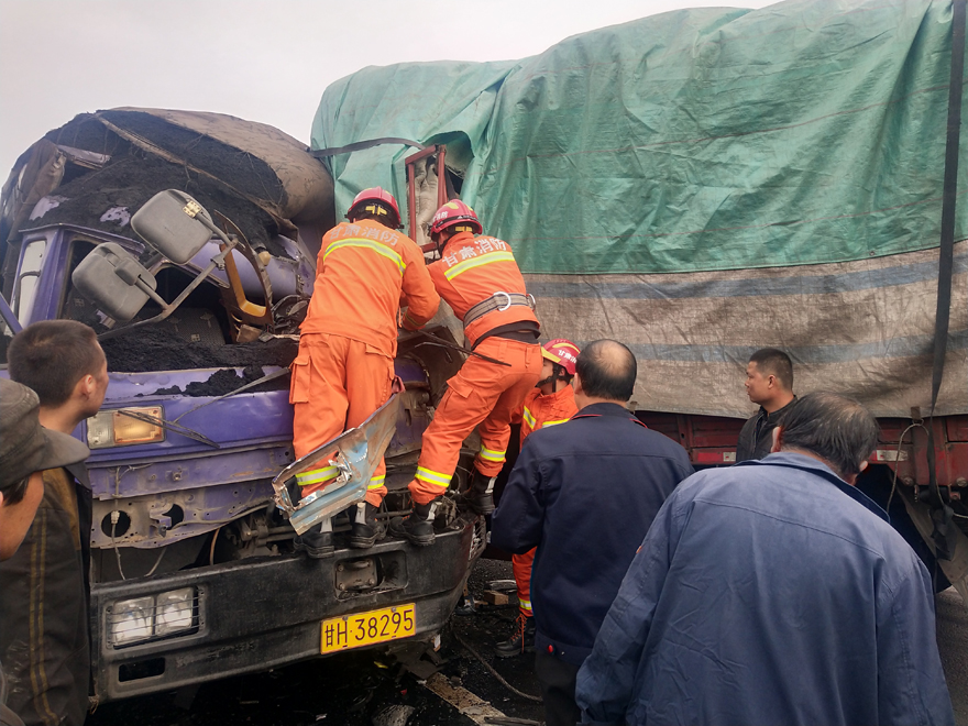 两大货车相撞司机被困 武威荣华中队紧急救援