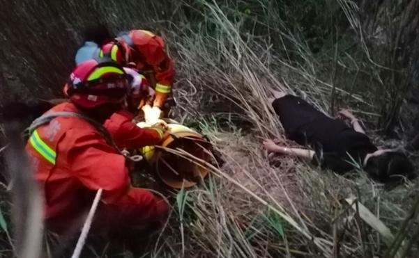 云南保山:女子不慎坠落悬崖  龙陵消防成功营救