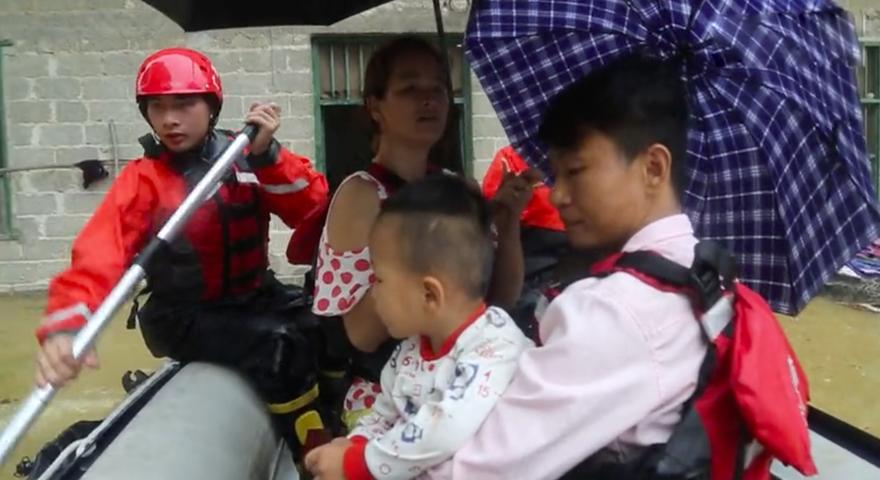 广西多地暴雨受灾 消防紧急救援群众
