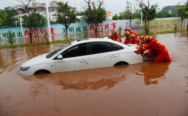 广西玉林:暴雨内涝4车被淹2人被困 消防紧急营救