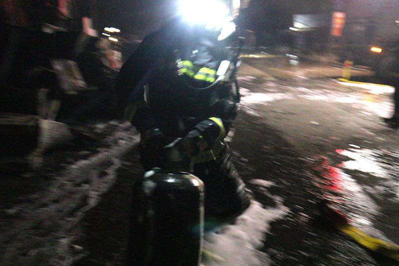 消防员抢救出灭火器罐.JPG