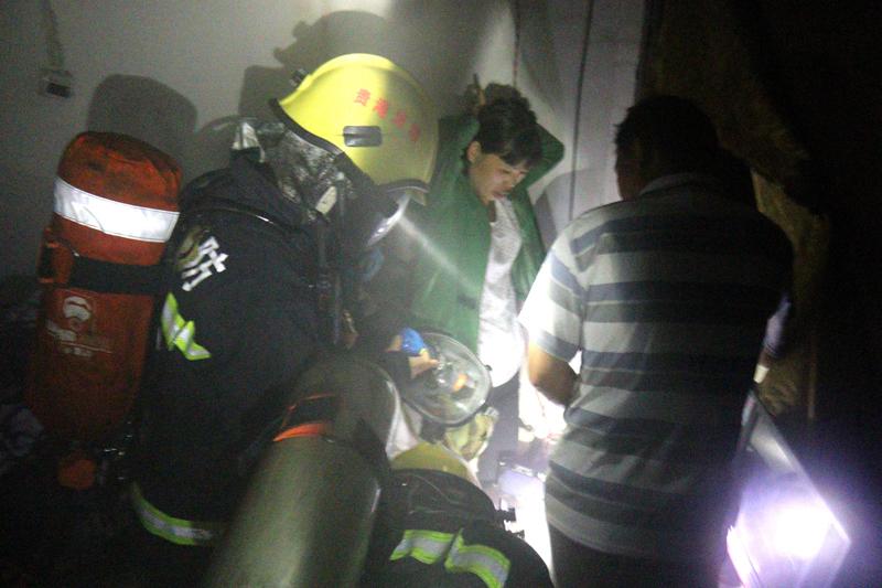 消防员救出被困群众.JPG