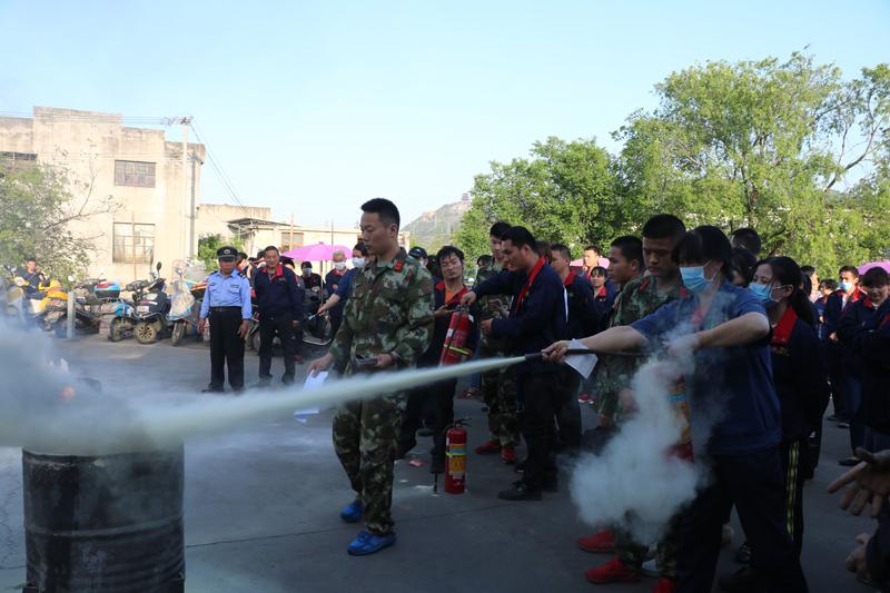 企业员工在消防官兵指导下体验利用干粉灭火器扑救油盆火灾.JPG