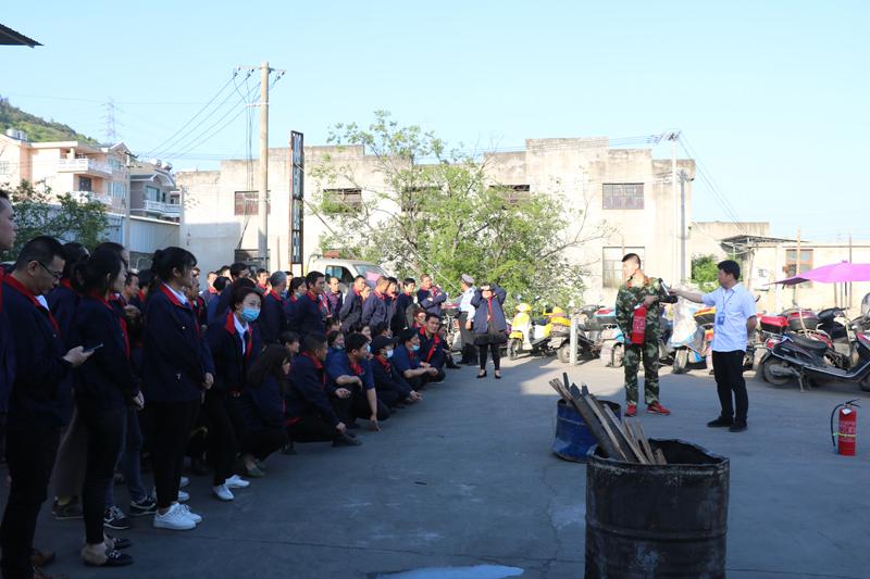 消防官兵正在对企业员工宣讲消防安全基础知识.JPG