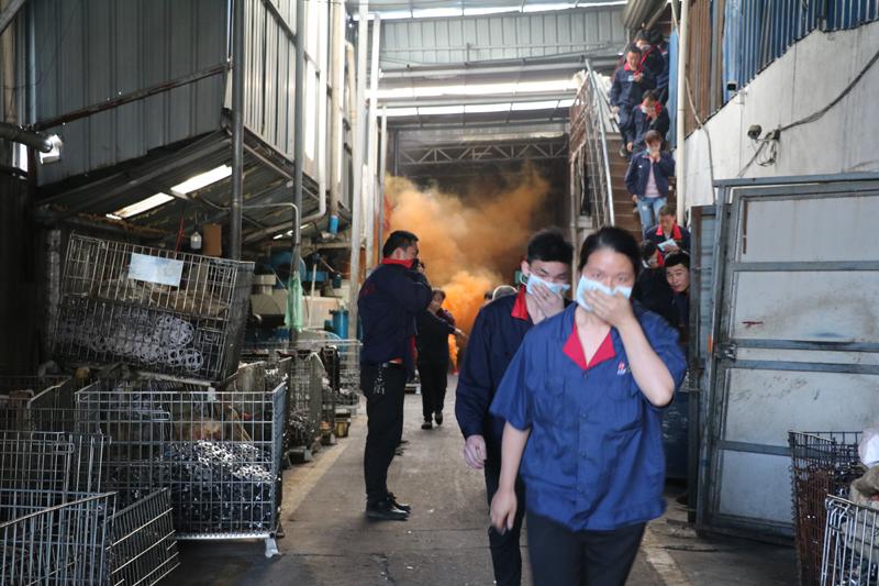 警报响起后企业全体在岗员工紧急疏散 - 复件.JPG