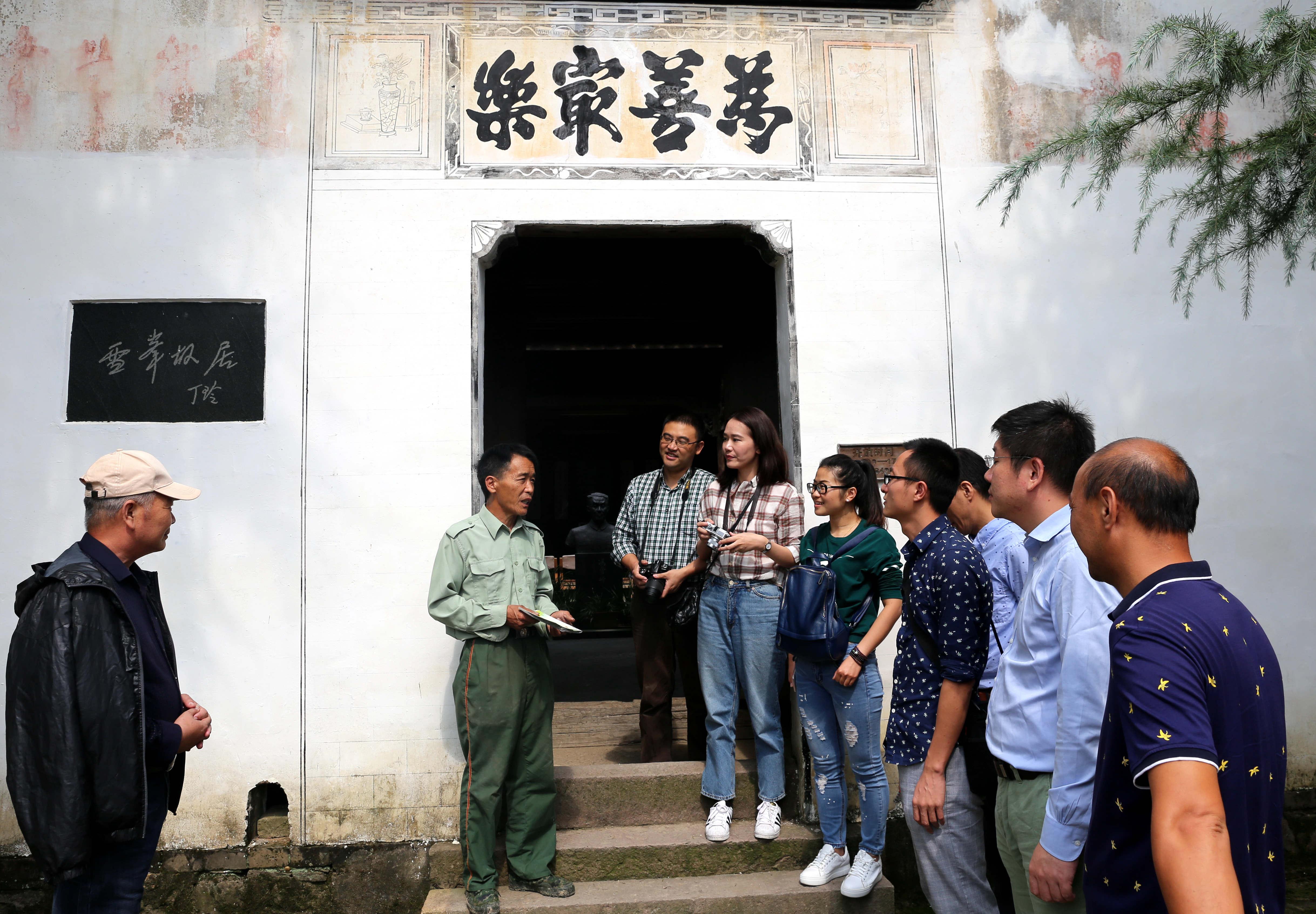 冯潮忠正在为游客讲解消防知识.JPG
