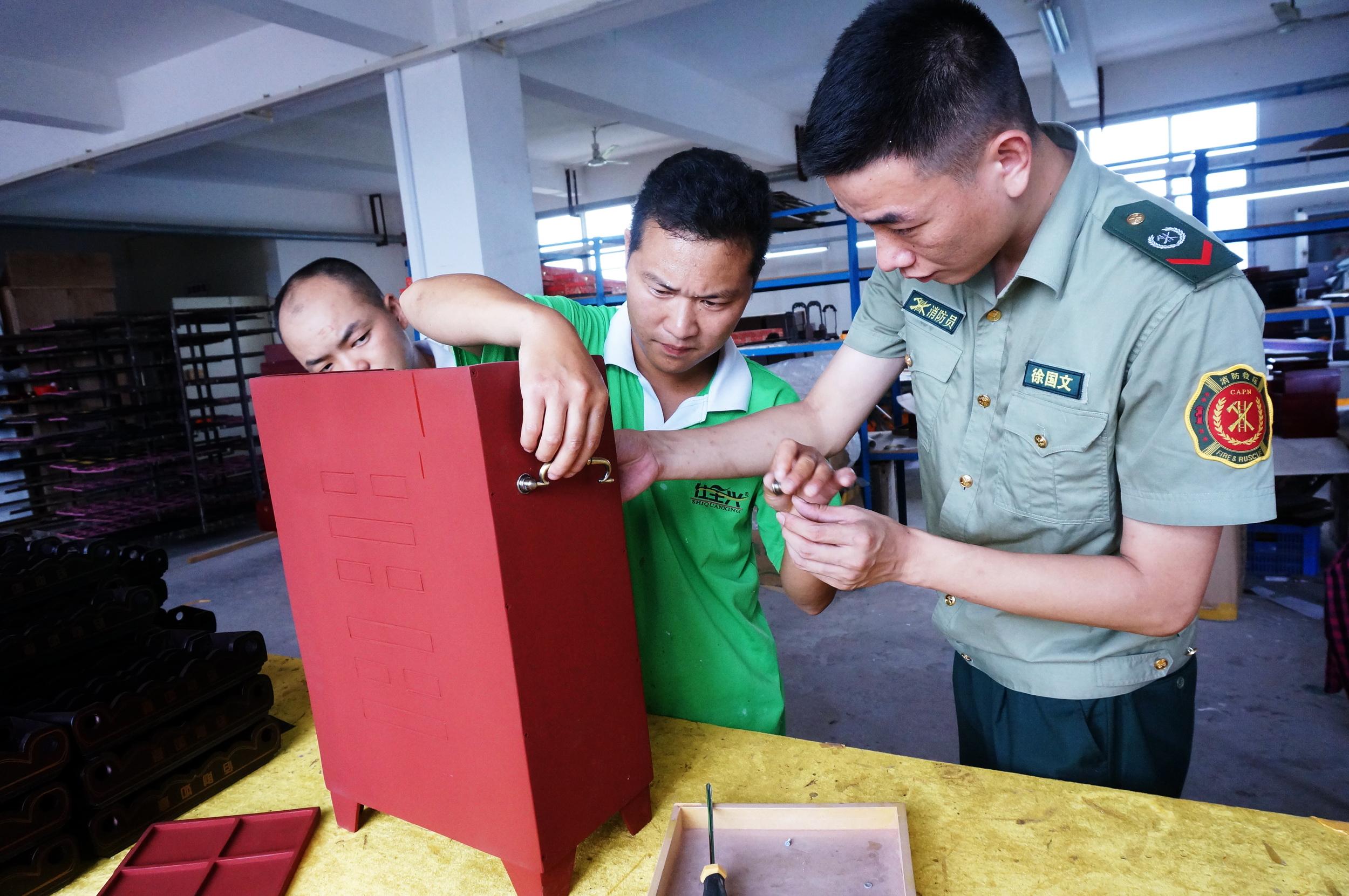 DSC04422图为生产工人正在组装防腐玻璃钢灭火器箱时的情景.jpg