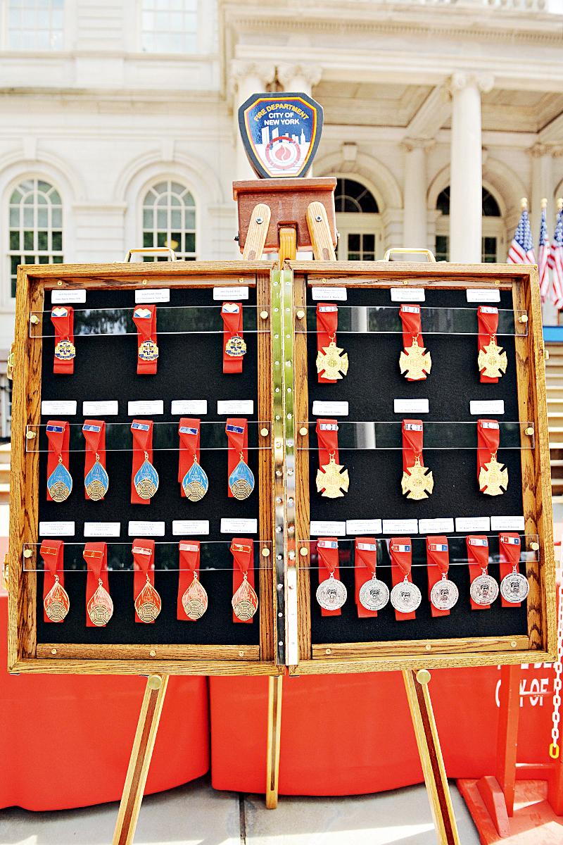 2-2:纽约市消防局的各类荣誉奖章.jpg