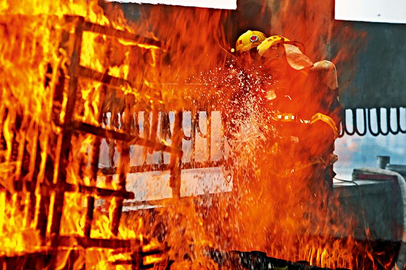 """500℃烈焰""""烤""""验消防员"""