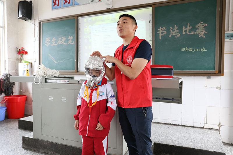 体验火灾逃生防毒面具.JPG