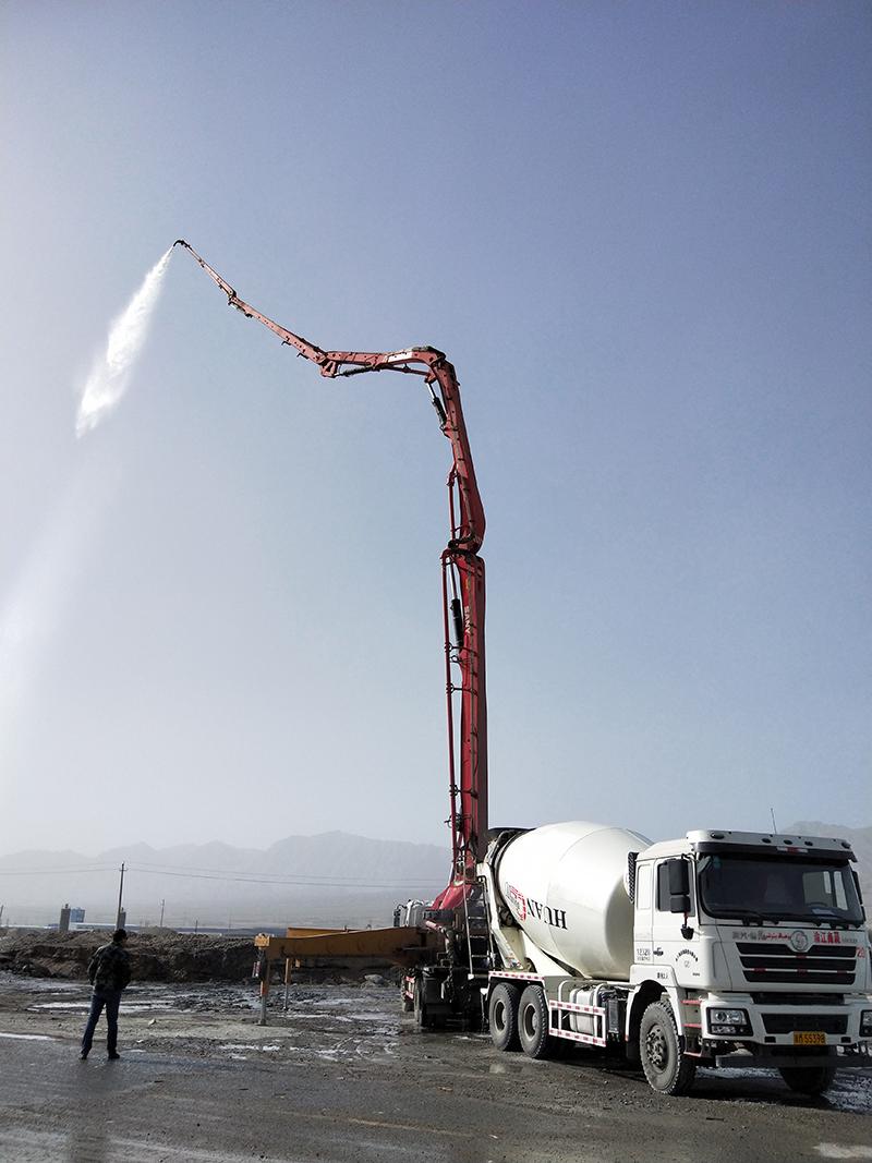 水泥泵车摇身变成高喷消防车
