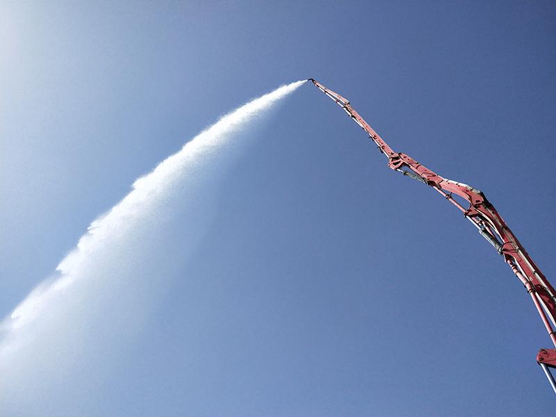 图为水泥泵车试水成功。.jpg