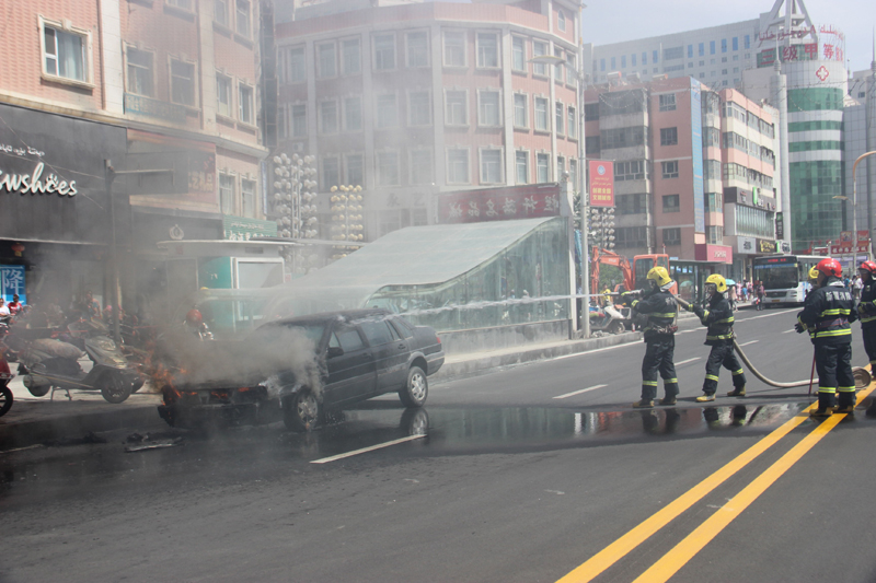 6 为消防官兵正在紧急扑救自燃小轿车。.jpg