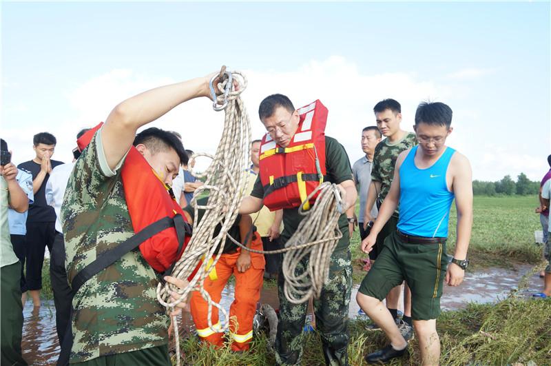 男子卷入洪水抱树求生  消防奋力营救成功