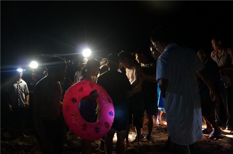 山东日照:男子卷入洪水抱树求生 警民合力奋战6小时成功解救2.jpg
