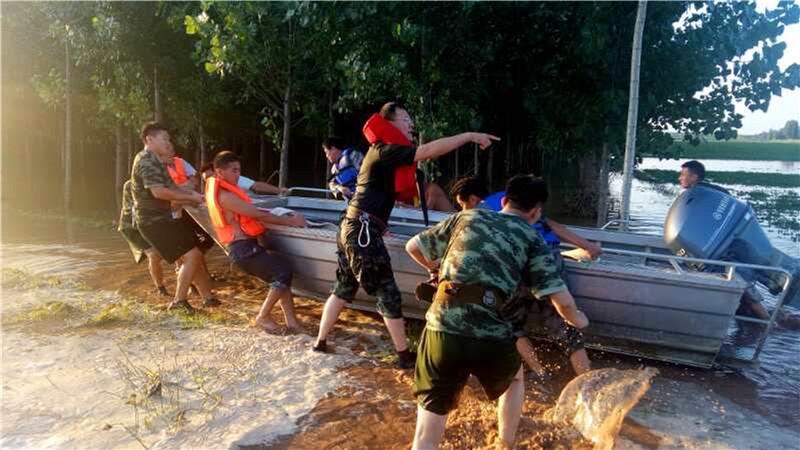 山东日照:男子卷入洪水抱树求生 警民合力奋战6小时成功解救3.jpg