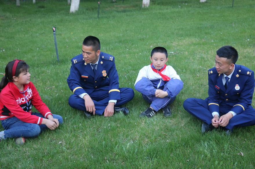图为李运飞询问结对认亲孤儿学习情况。(左二).JPG