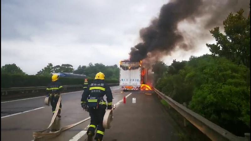 泉南高速快递车起火  零陵消防驰援