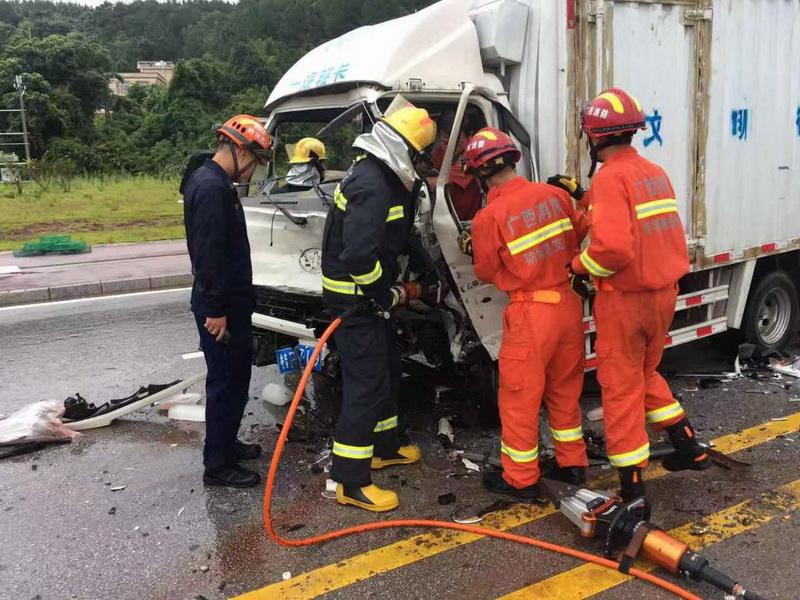 广西防城港:两车相撞司机被困 消防冒雨救援