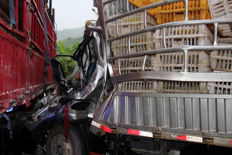 广西隆林:两车相撞 消防15分钟神速救出被困司机