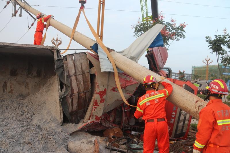 大货车撞断电线杆侧翻致  消防成功施救被困人员