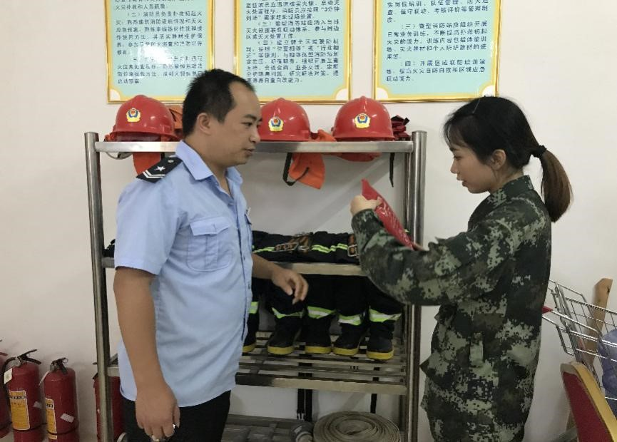 靖西消防突击检查重点单位微型消防站和开展消防演练